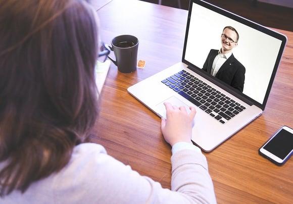 So überstehen Sie das digitale Vorstellungsgespräch