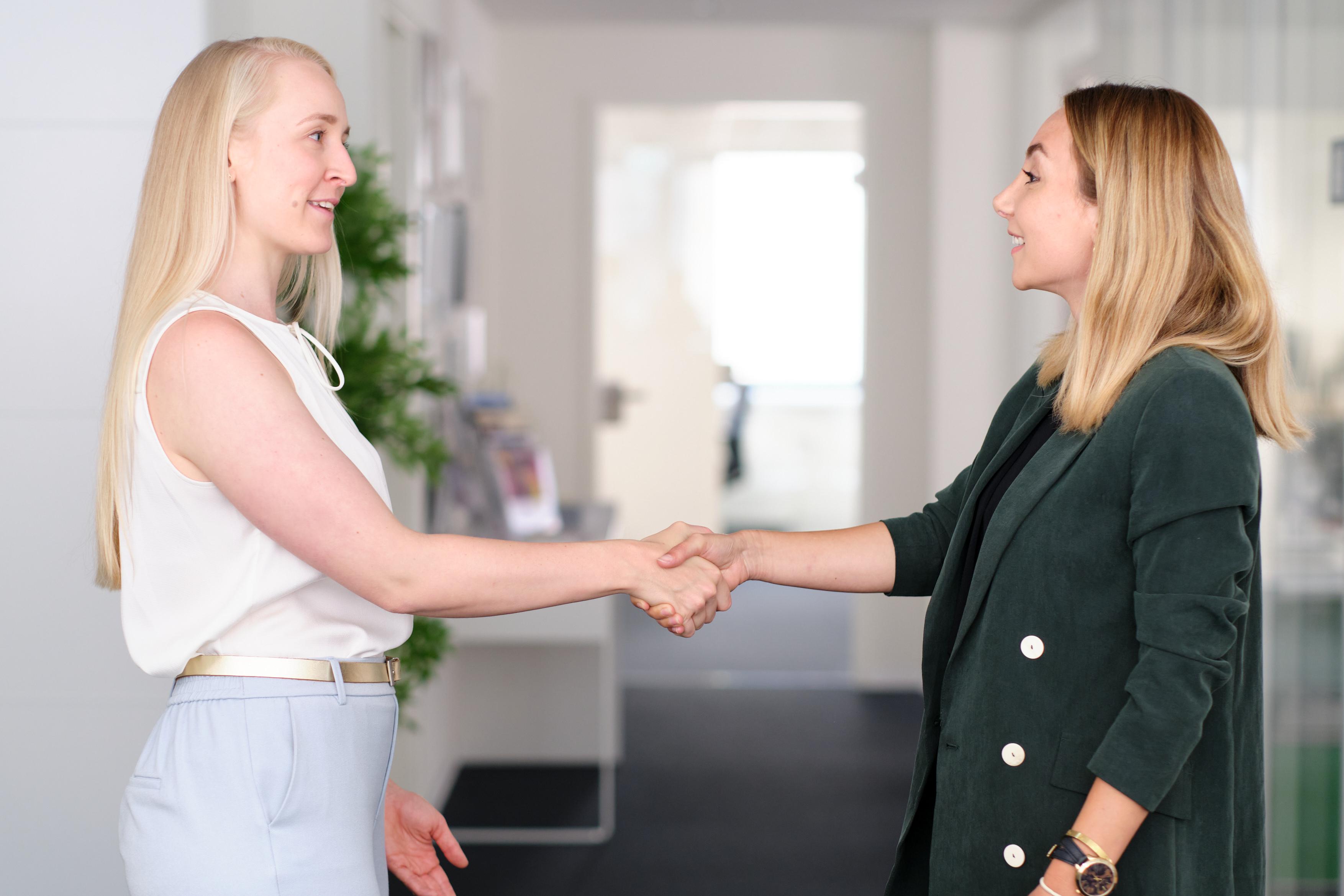Zwei Frauen begrüßen sich
