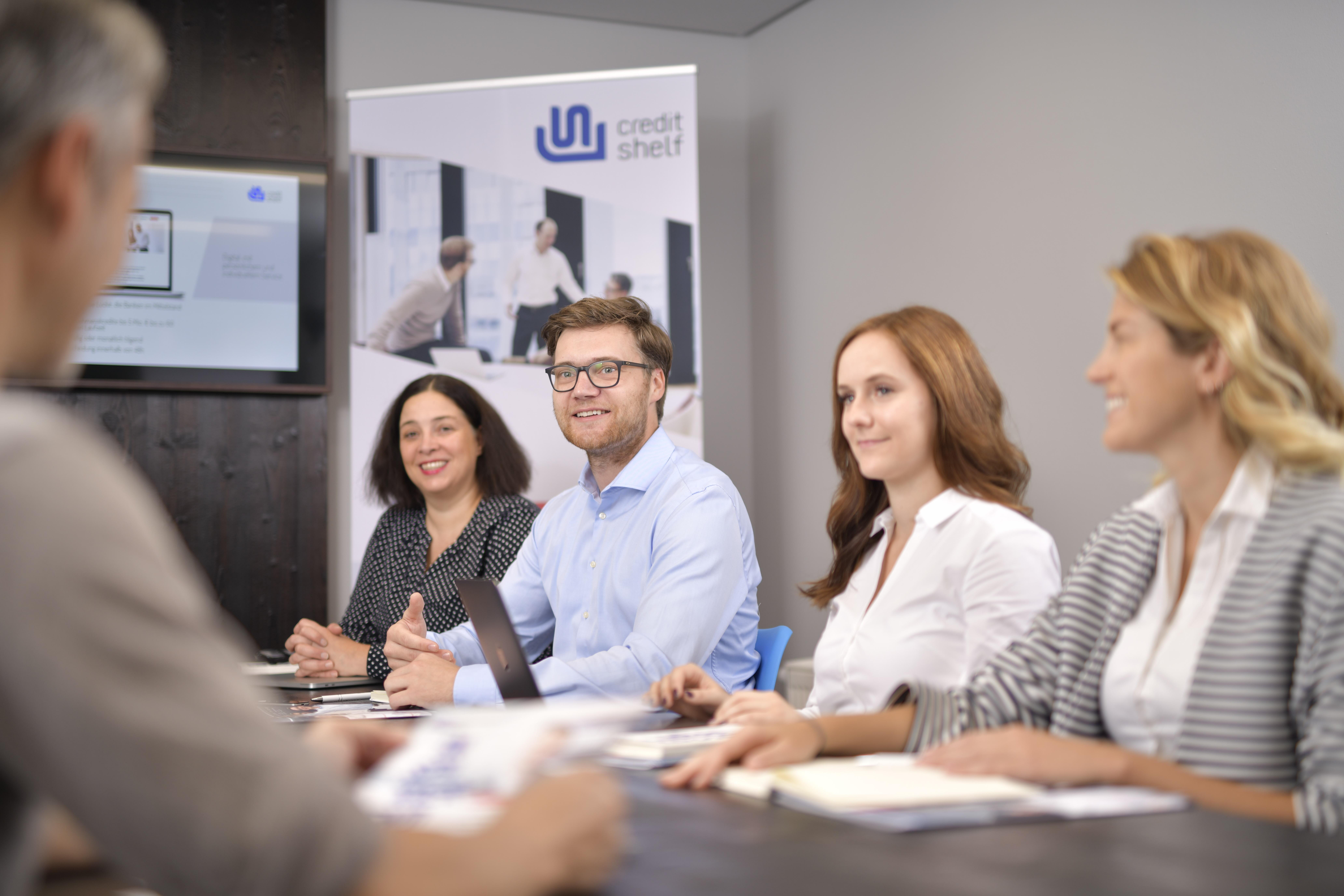 Gruppenbild von creditshelf Mitarbeitern Nah am Kunden