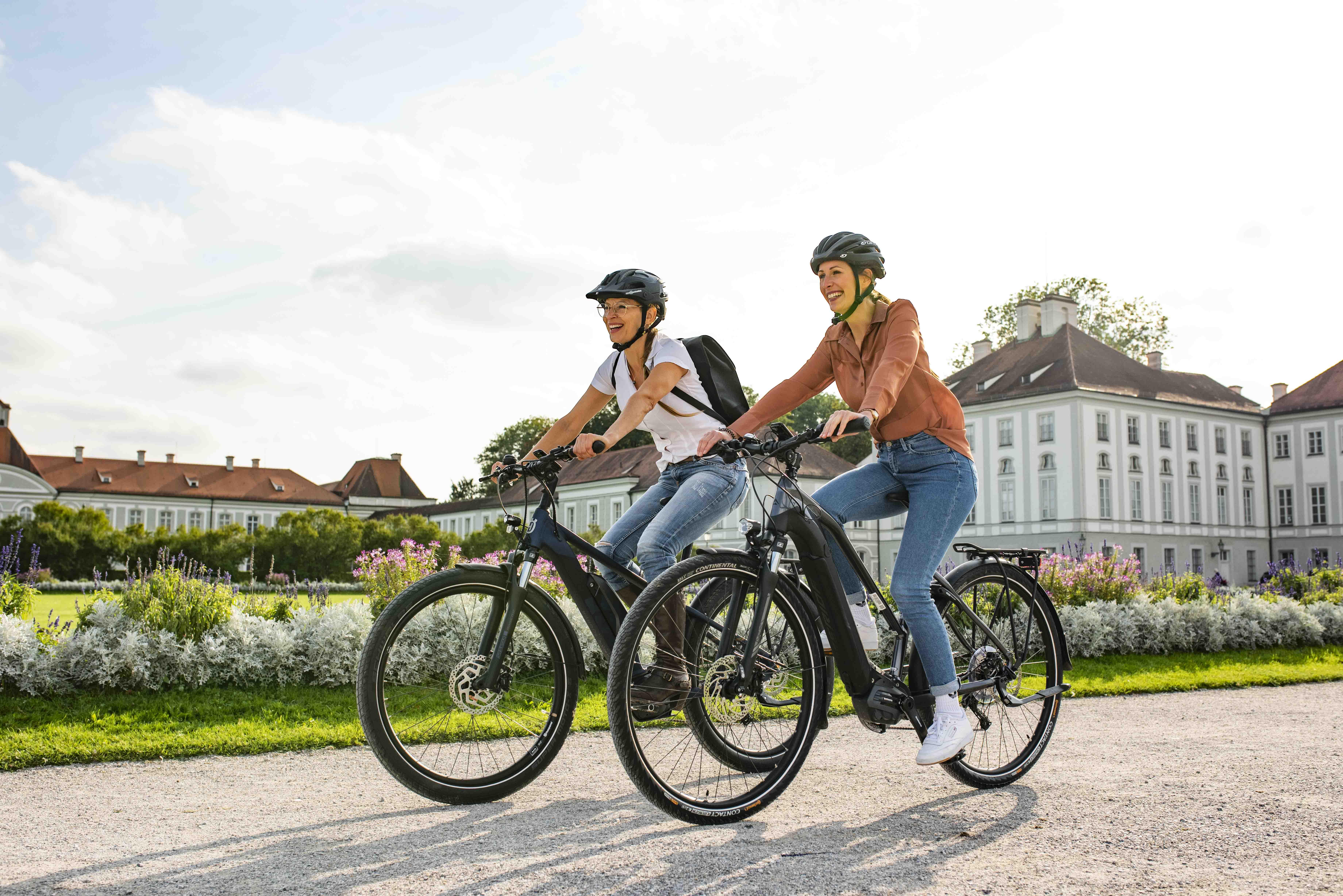 Zwei Frauen fahren E-Bike