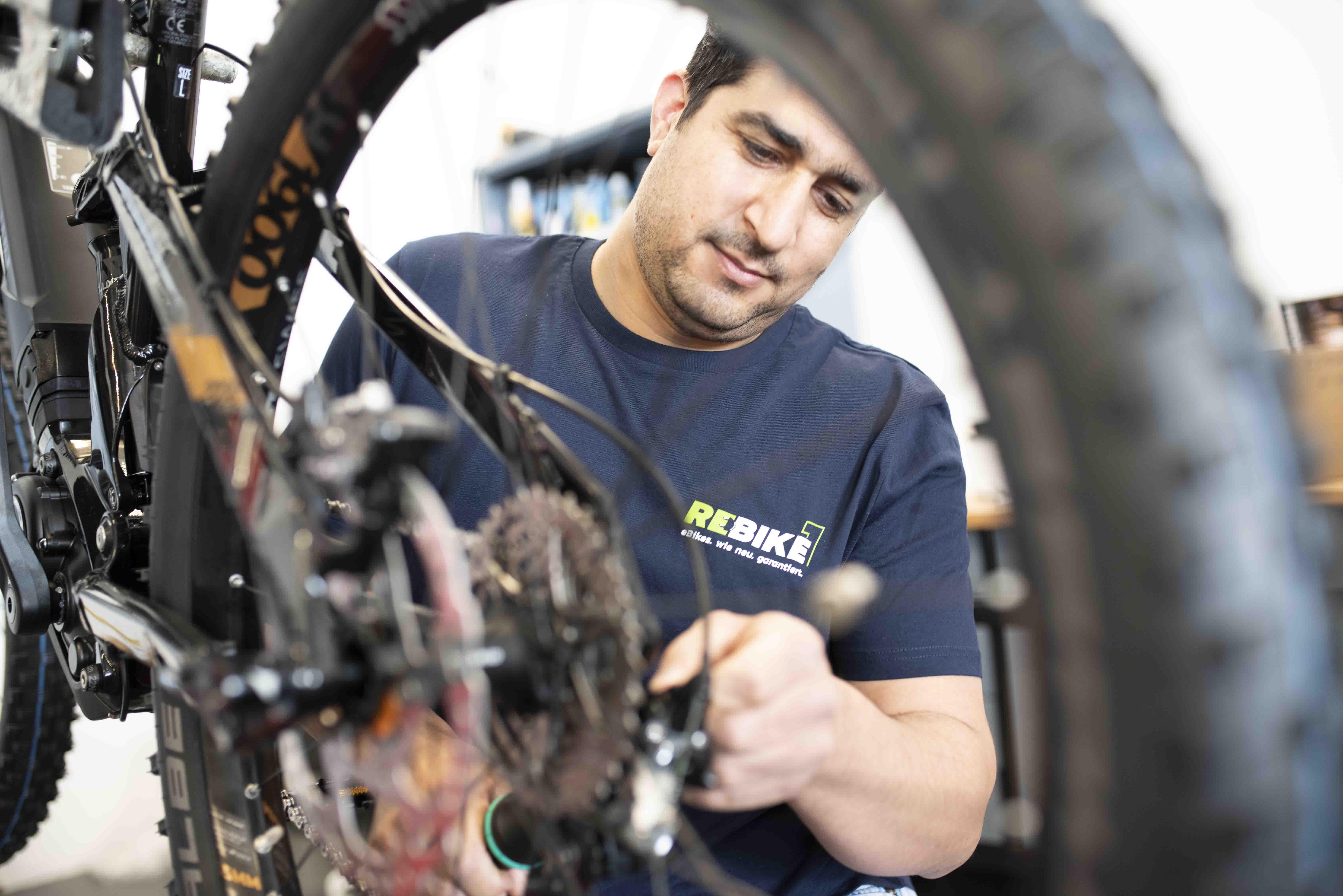 Mechaniker stellt Schaltung am E-Bike ein
