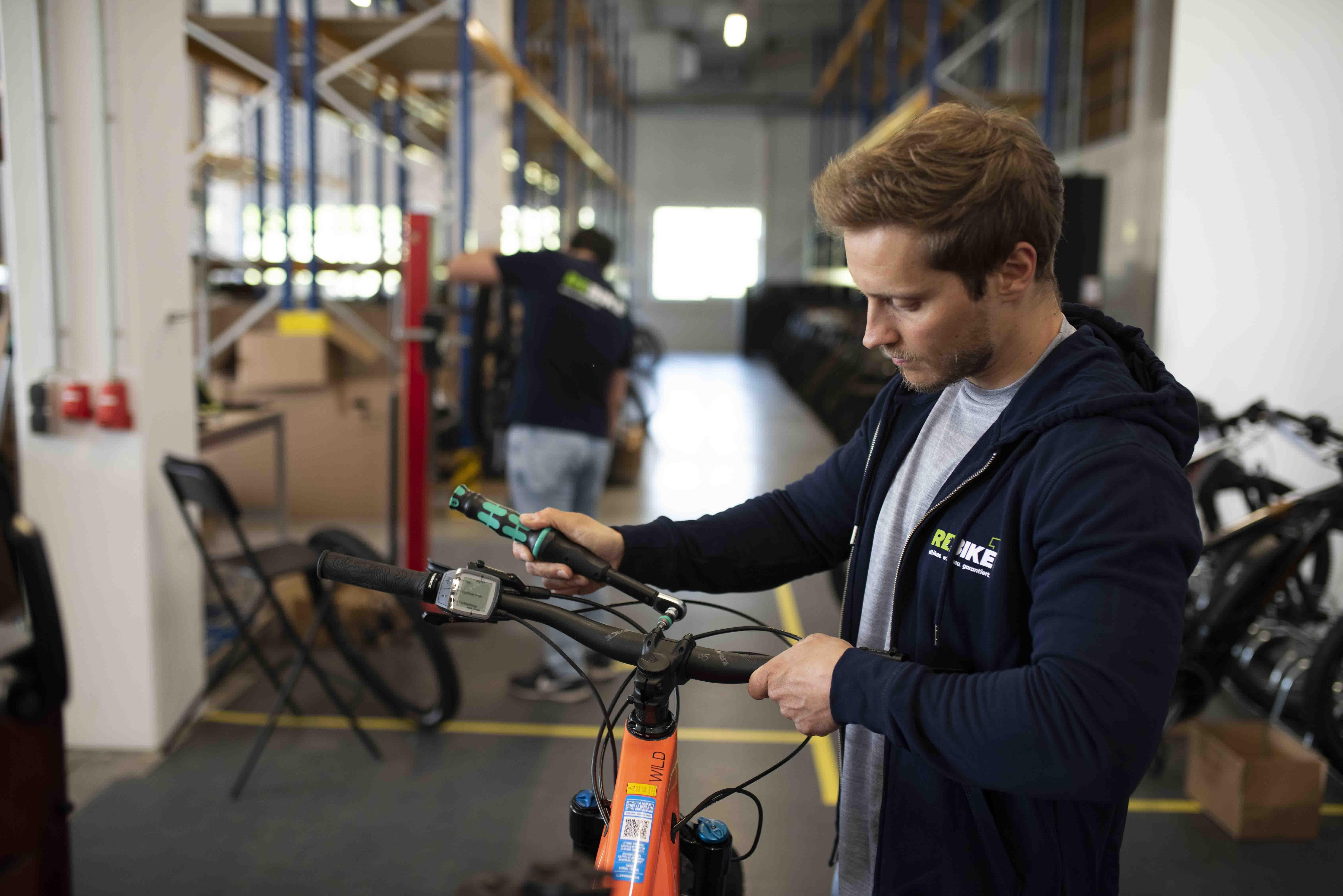 Mechaniker arbeitet an einem E-Bike