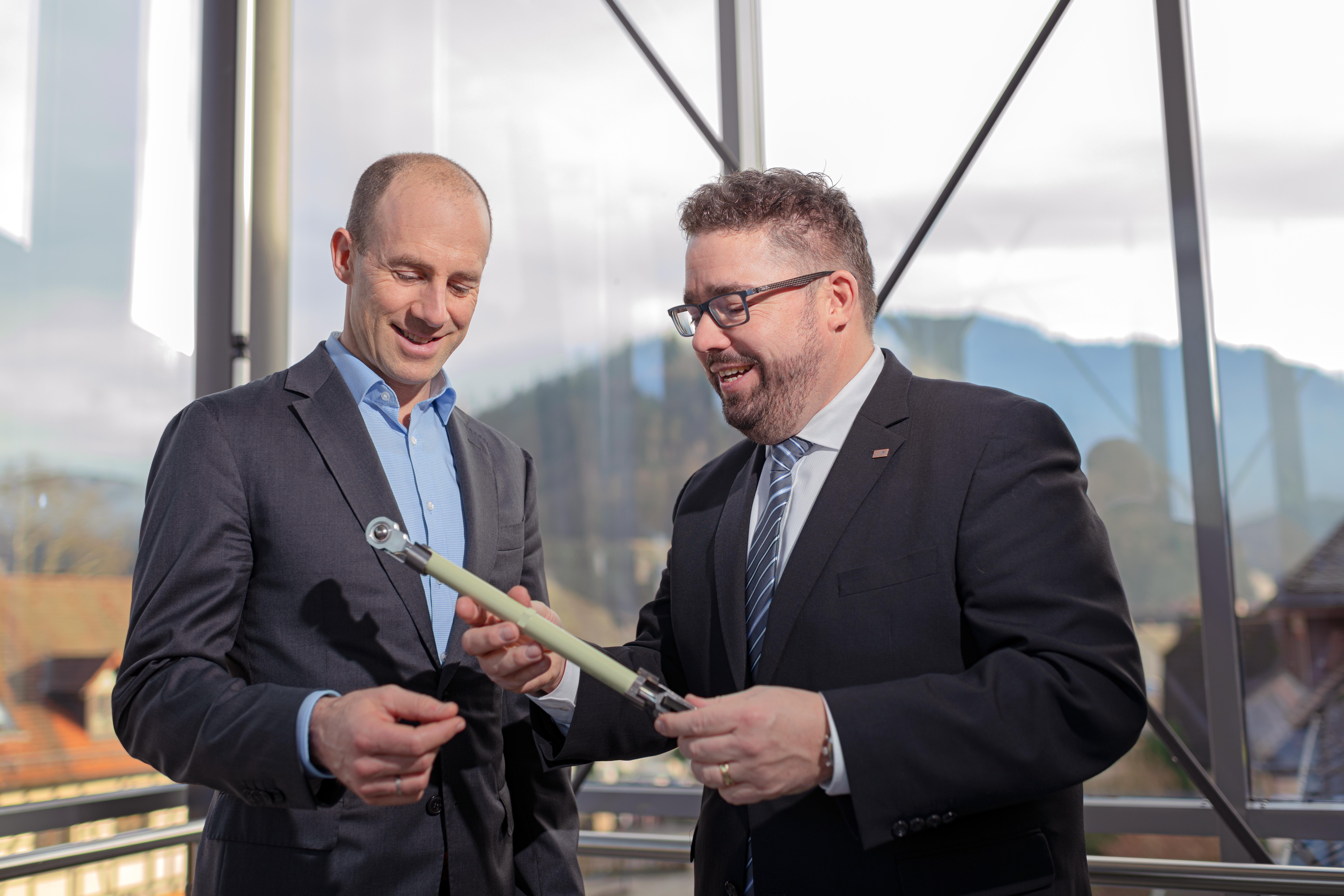 Dipl. Ing. Pascal Schiefer, Geschäftsführer der Carl Leipold GmbH mit einem Mitarbeiter