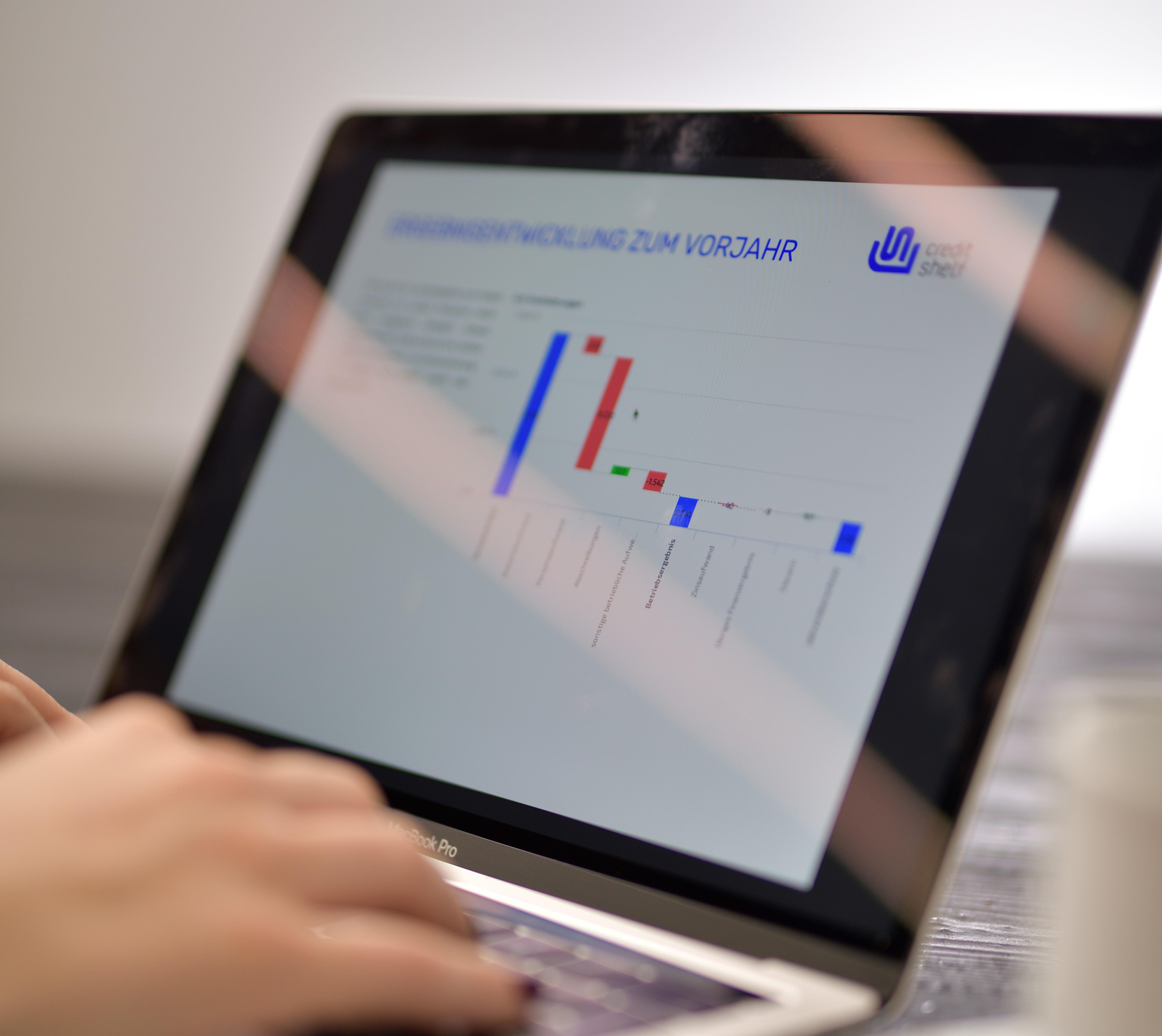 Laptop zeigt ein Diagramm mit Werten aus diesem und letzten Jahr