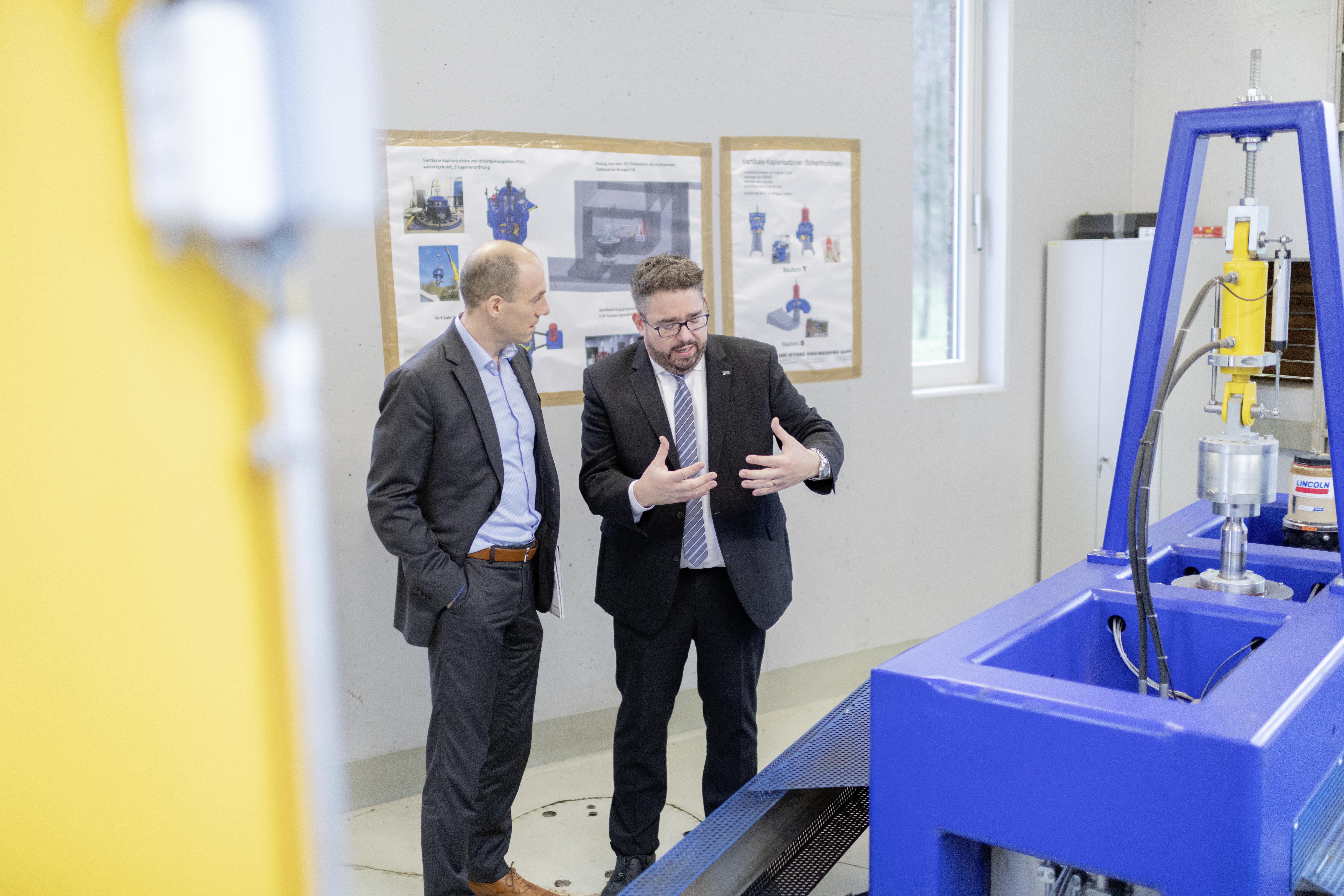 Pascal Schiefer in Abstimmung mit einem Mitarbeiter der Werkstatt
