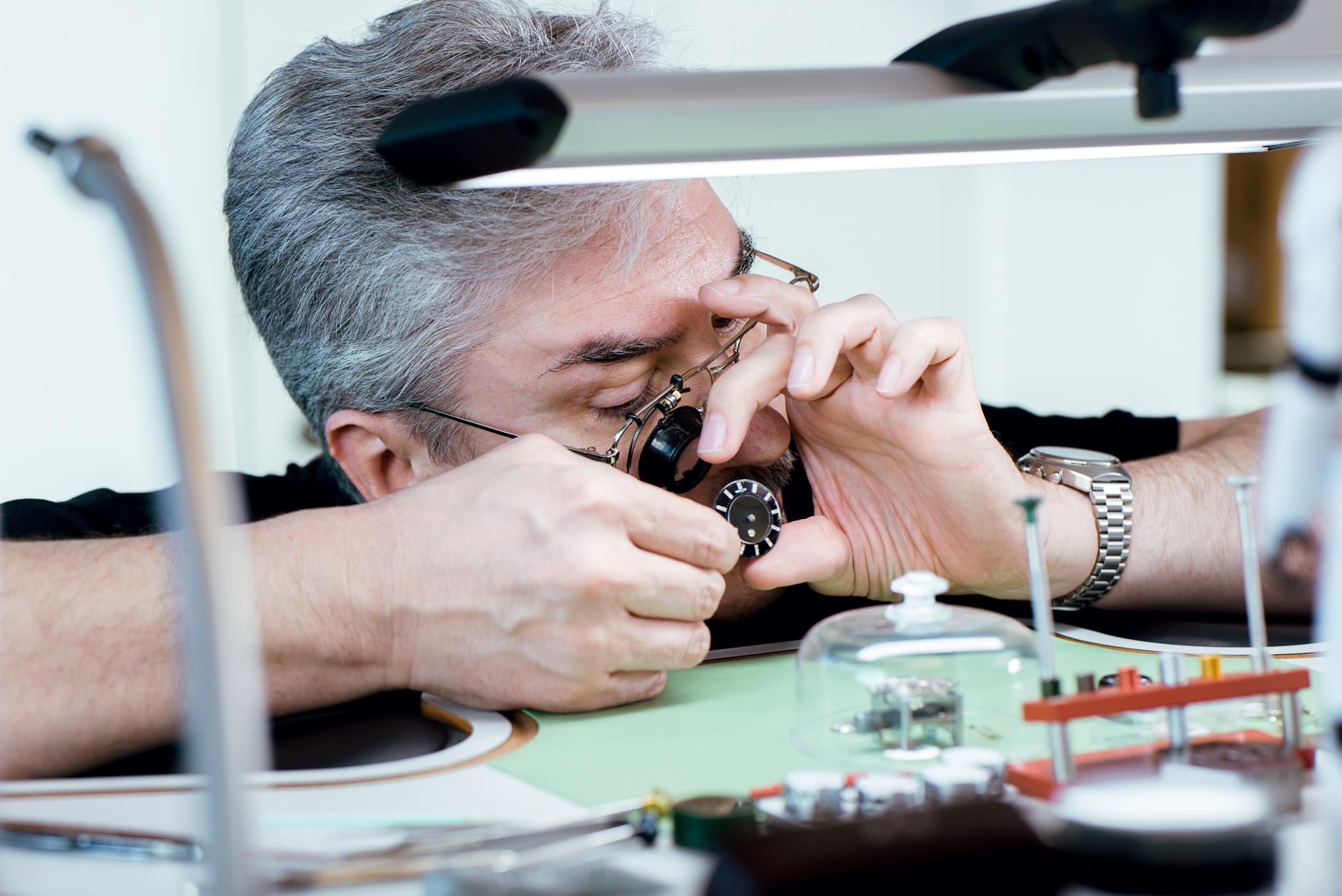 CHRONEXT Mitarbeiter baut eine Uhr zusammen